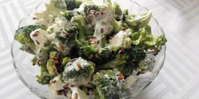 Sałatka brokułowa z fetą, prażonym słonecznikiem i sosem czosnkowym